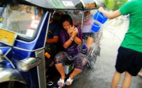 800px-Tuktuk_chiangmai_songkran_05b